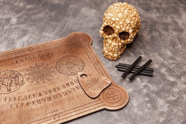 Quadro espiritual falante e cartomante de crânio ouija