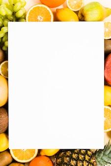 Quadro exótico de frutas exóticas fatiadas em torno de papel em branco