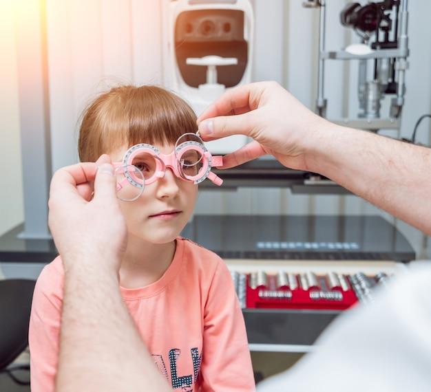 Quadro experimental. prescrição de óculos para uma criança. hipermetropia da criança. miopia da criança. miopia infantil. miopia da criança. correção de ametropia com óculos.