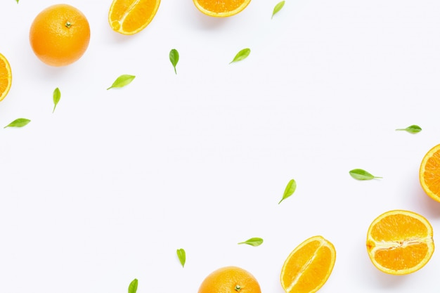 Quadro feito de citrinos alaranjados frescos com as folhas isoladas no fundo branco.