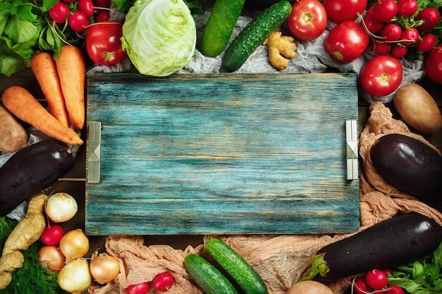 Quadro feito de legumes frescos na madeira