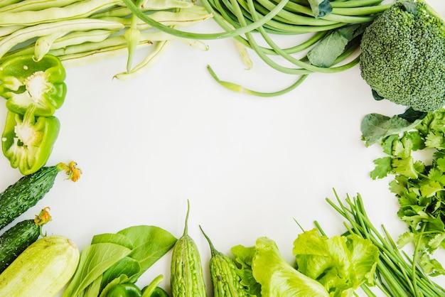 Quadro feito de vegetais verdes para escrever texto