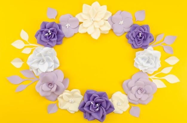 Quadro floral circular artístico com fundo amarelo