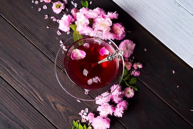 Quadro floral com xícara de chá