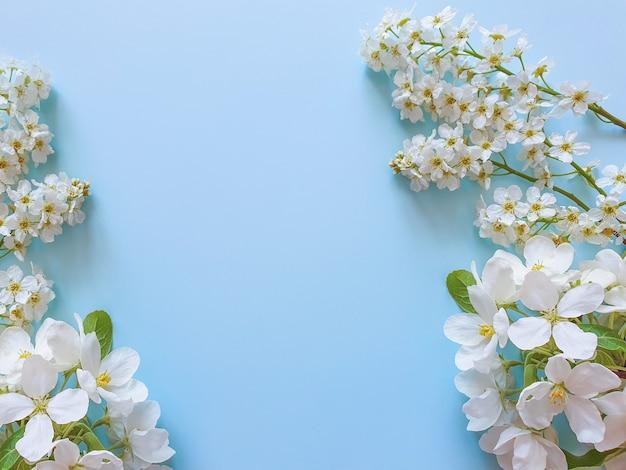 Quadro floral de pequenas flores brancas na mesa azul