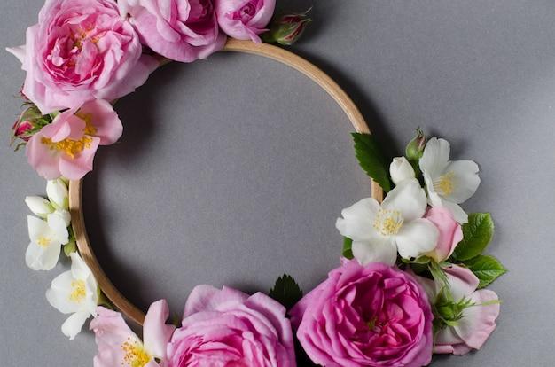 Quadro floral. flores de rosas sobre um fundo cinza. lay plana