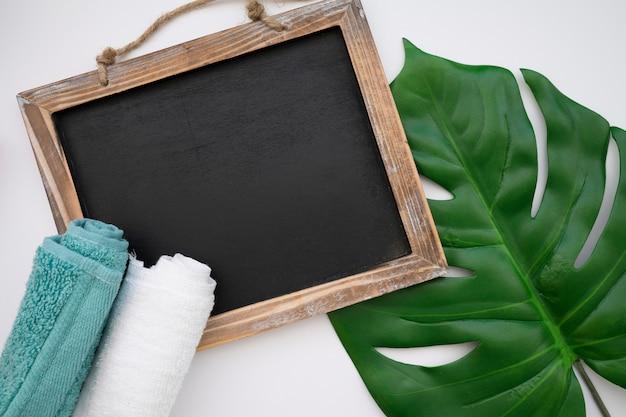 Quadro, folha e toalhas