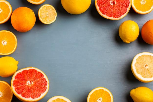 Quadro formado por mistura de citrinos na mesa