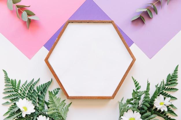 Quadro hexagonal em fundo geométrico roxo
