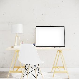 Quadro horizontal na mesa de madeira com abajur e cadeira