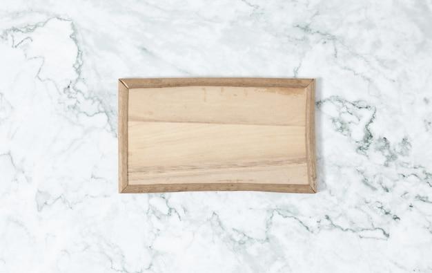 Quadro liso da vista superior da configuração de madeira na tabela de mármore.