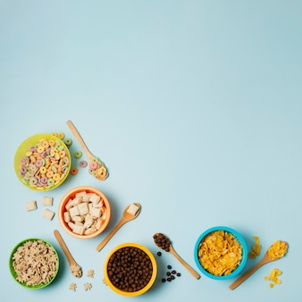 Quadro liso leigos saborosos com cereais e cópia-espaço