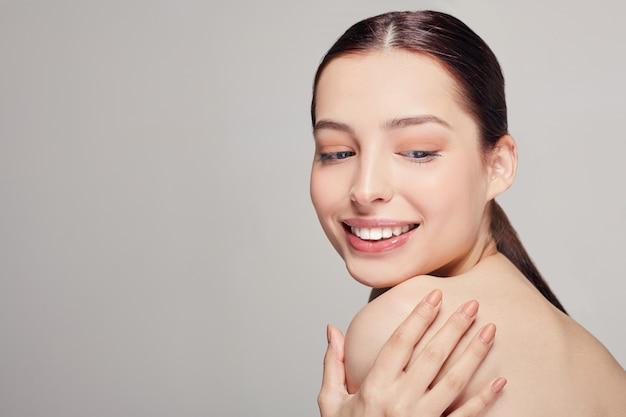 Quadro médio concurso jovem mulher bonita com lábios carnudos e um humor brincalhão segura a mão esquerda no ombro