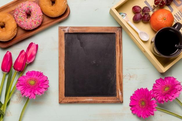 Quadro-negro com flores e café da manhã