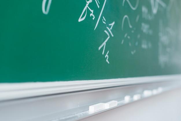 Quadro-negro com fórmulas matemáticas escritas
