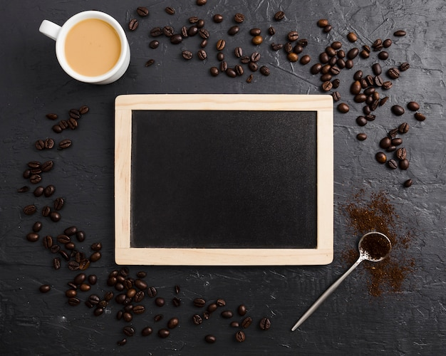 Quadro-negro com grãos de café e colher