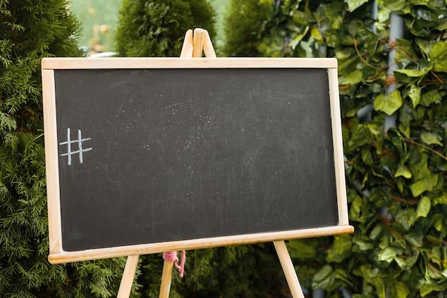 Quadro-negro com uma hashtag desenhada do lado de fora