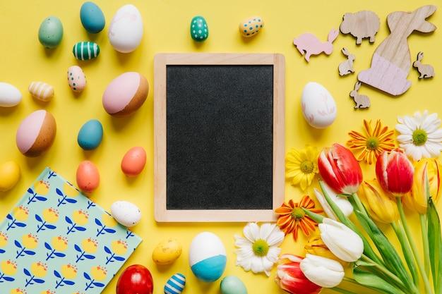 Quadro negro composto com ovos de páscoa