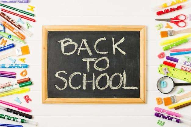 Quadro-negro de volta para a escola vista frontal