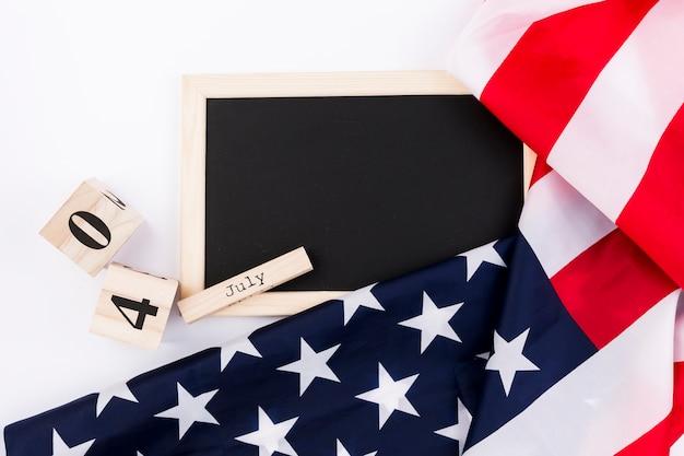 Quadro-negro e bandeira do eua em fundo branco