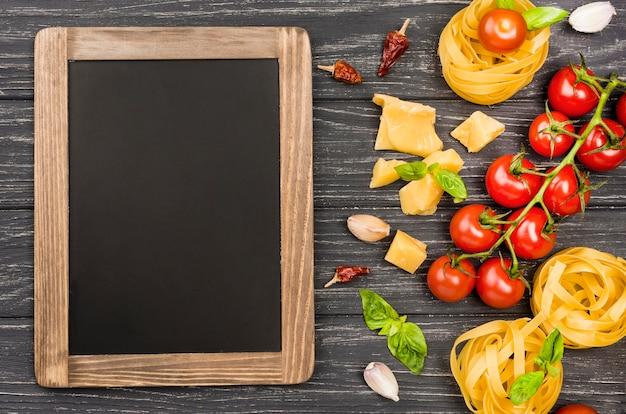 Quadro-negro e ingredientes para macarrão