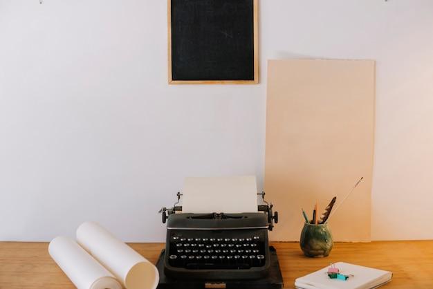 Quadro-negro em cima de máquina de escrever