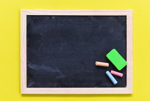 Quadro-negro escuro ou lousa com horizontal e banner - giz de textura de quadro-negro e apagador de escrever e desenhar para a educação no quadro de escola, foco seletivo