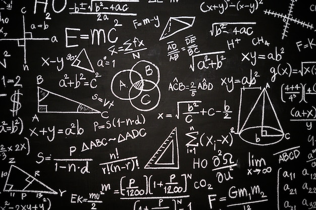 Quadro-negro inscrito com fórmulas e cálculos científicos