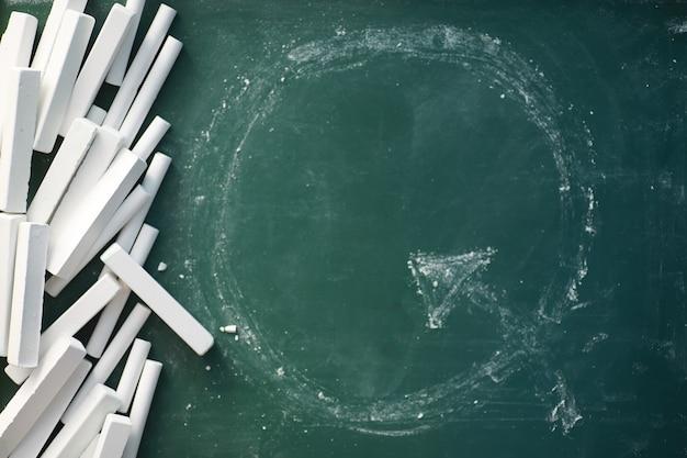 Quadro-negro. lápis de cera para escrever no quadro negro. conceito de aprendizagem. quadro de giz do ensino da escola.