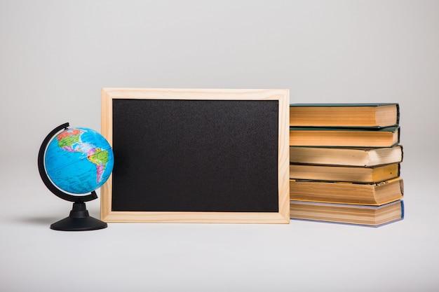 Quadro-negro, livros e globo do mundo