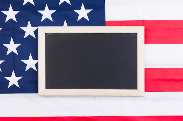 Quadro-negro no fundo da bandeira eua em homenagem ao dia da independência