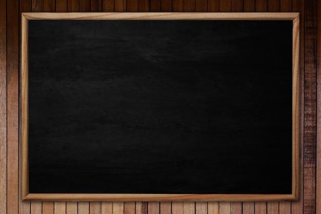Quadro-negro ou quadro abstrato com moldura em fundo de madeira.