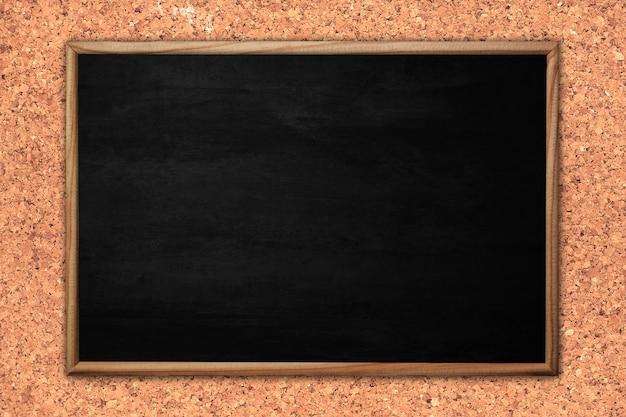 Quadro-negro ou quadro abstrato sobre fundo de madeira.