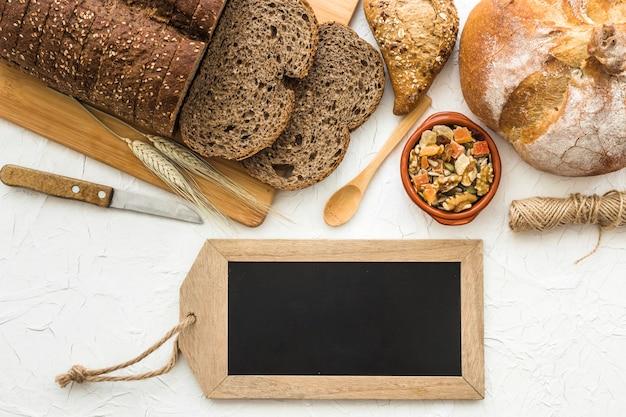 Quadro-negro perto de pão fresco e ferramentas