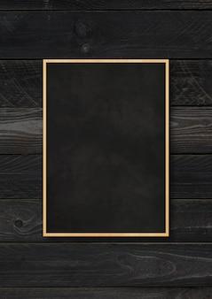 Quadro-negro tradicional isolado em um fundo preto de madeira. modelo de maquete vertical em branco