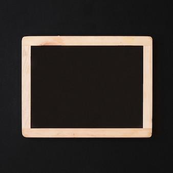 Quadro-negro vazio na mesa