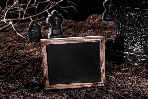 Quadro-negro vazio no cemitério de halloween