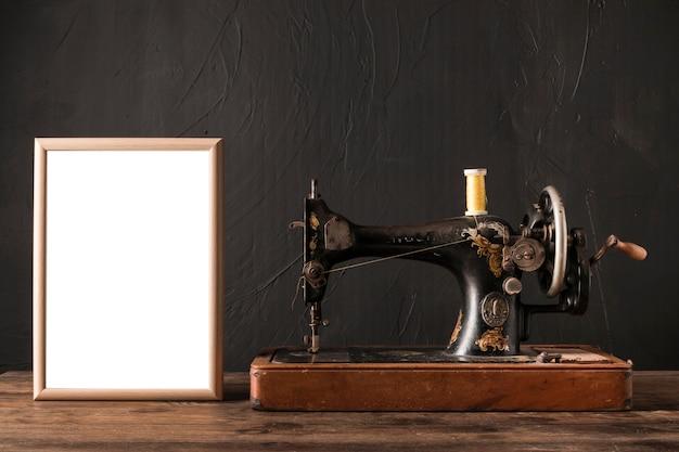 Quadro perto de máquina de costura retrô