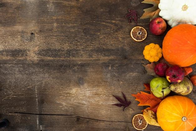 Quadro plano leigo com frutas de outono e cópia-espaço