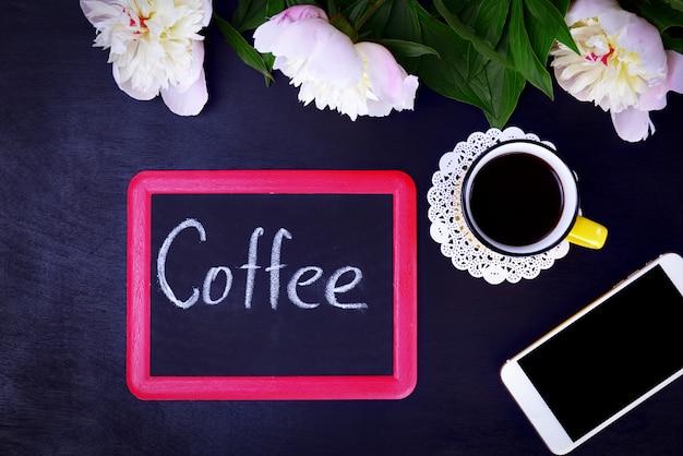 Quadro preto com uma inscrição de café