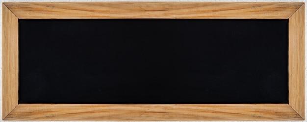 Quadro preto ou giz com moldura de madeira para menu de texto e outdoor de publicidade de rótulo