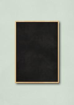 Quadro preto tradicional isolado em um fundo azul claro. modelo de maquete vertical em branco
