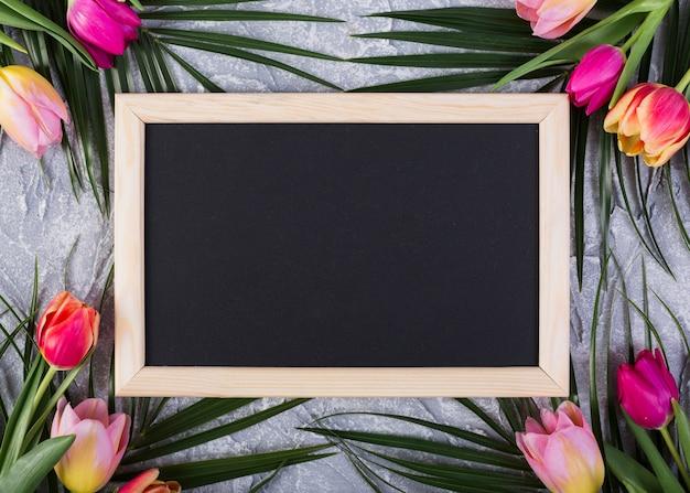 Quadro quadro-negro com flores ao longo das bordas