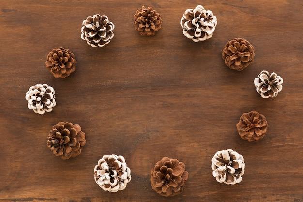 Quadro redondo de cones na mesa