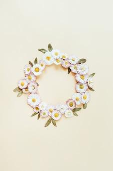 Quadro redondo de coroa de flores em botão de flor de camomila margarida