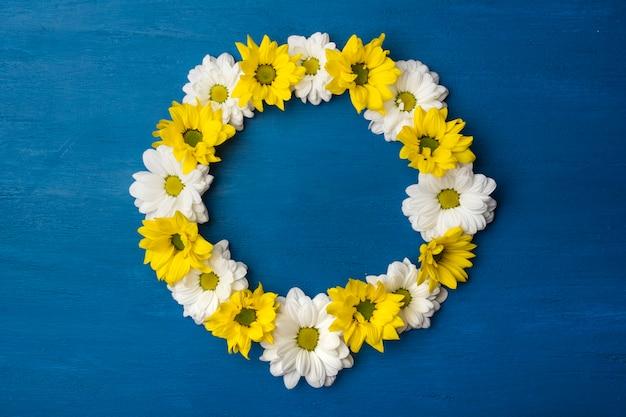 Quadro redondo de flores sobre fundo azul. crisântemos magníficos com espaço de cópia
