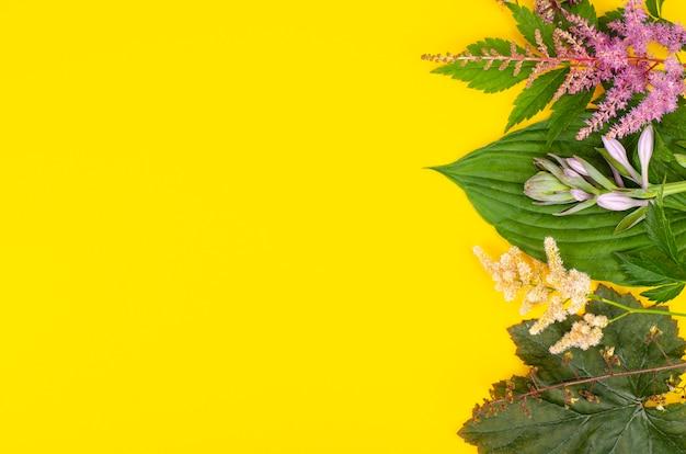 Quadro simulado com flores brilhantes no jardim sobre fundo amarelo.