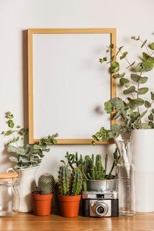 Quadro suspenso e muitas plantas