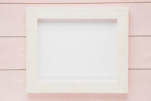 Quadro vazio branco leigo plano com fundo de madeira