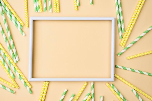 Quadro vazio de canudos de papel ecológicos